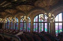 巴塞罗那的音乐宫是建筑大师蒙达内尔1908年作品,巴塞罗那典型的现代派风格建筑之一。身在其中,看到的