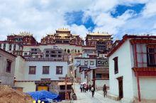 香格里拉的小布达拉宫——松赞林寺  松赞林寺号称小布达拉宫,是云南省最大的藏传佛教圣地。 寺庙依山而