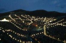 喇荣佛学院在四川色达县,非常壮观,漫山遍野的红色房子,住了几万的僧人