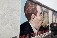德国柏林,第一副画是柏林墙上最有名的了,描写的是东德人民军和苏联红军之间的社会主义兄弟之吻。