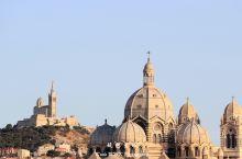 马赛圣母守护圣殿,由1214年始建的一个小教堂,到1477年扩建后也只能容纳5、60人的小教堂,后来