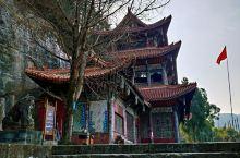 阆中大佛寺大佛高达10米,成像时间稍晚于乐山大佛。大佛两侧的龛内共有4700多尊小佛,美尊高10.2