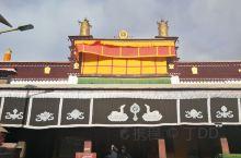昌珠寺位于山南雅砻河东岸的贡布日山南麓,距乃东县约二公里,属格鲁派寺院。建于松赞干布时期,据说文成公