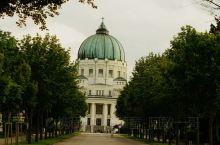 维也纳中央公墓是维也纳最大,欧洲第二大公墓,有着33万座墓穴,安葬着无数名人。这里也因安葬着海顿,莫