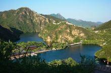 黄花城水长城位于北京市怀柔区九渡河镇境内,从城里开车用不了2个小时就到了。 景区是融山川、碧水、古长
