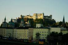 萨尔斯城堡是欧洲中世纪最大城堡之一,建于1077年,屹立在900多米高的僧侣山上,高耸伟岸。九百多年
