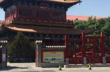 五龙潭曾名灰湾泉,位于济南市中心五龙潭公园内,居公园中部。 北魏郦道元《水经注》称净池,是大明湖的一