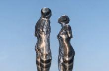 两尊移动雕像,从相望、拥吻、擦肩而过、相向而行,10分钟演绎了一段凄美爱情。信仰穆斯林的英雄Ali与