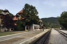 木头村附近的8字小火车车站很美,设施完备。