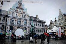 市集广场,附近有圣母大教堂、市政厅、商会大楼、山形墙,一组很老的建筑群,都是文艺复兴时期建立的。人气
