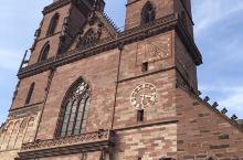 拥有哥特式和罗马式建筑风格的巴塞尔大教堂