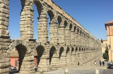西班牙塞哥维亚的罗马大渡槽,录入进联合国教科文遗产名录,约建于公元53年,曾是塞哥维亚城的框架。 大