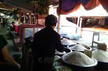 第五天。零晨5:00起床,去路边供斋饭,各寺和尚排队过来,我们同当地人一起,跪坐将一团团米饭各种小吃