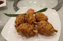 地道台湾朋友带去吃的美食,70年历史的梧栖渔港新天地。第一道:甘蔗虾!第二道:乌鱼子卷!实在是太太太