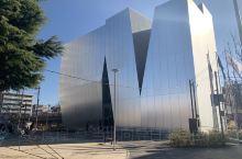 北斎美術館!这可是著名建筑家妹島和世的杰作,是一个和公园、地域融为一体的美术馆。不是大的1栋楼,被三