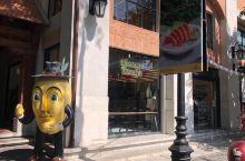 宁曼一号的这家芒果甜品店之前看到有人介绍就来了。中午店里几乎没有人不知道是不是因为都在吃午餐,点了一