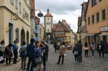 步云莱是最具罗腾堡特色的标志性景点,不仅是LP德国的封面照片同时也是欧铁票上的照片。上下两条斜坡小路