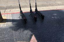 星光大道上的共享电动滑板车,洛杉矶有些地方有,San Diego最多,管理得也好,这滑板车不占很大地