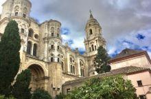 属于罗马天主教的马拉加大教堂,建于1528-1782, 北塔高84米,是幢文艺复兴式建筑。但是其正面