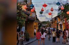对越南岘港的印象是好吃但是烟薰火燎的大排档,满街的摩托车,法国殖民时期留下的漂亮的巴拿山避暑山庄,挂