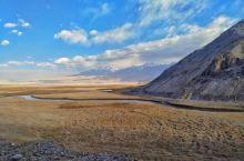塔什库尔干石头城,废土荒原大片怎么拍?  首先,注意服装与古城废墟和荒芜雪山背景的搭配,材质色调的选