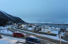 挪威特罗姆瑟_一个看北极光的美丽海滨城市,这也是挪威最北边的大城市了,这里有漂亮的的峡弯风景,还可以