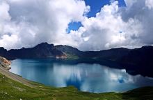 长白山是中国东北著名山地,自古以来就是中国的神圣领土,松花江、图们江和鸭绿江发源地。因其诸多主峰多白