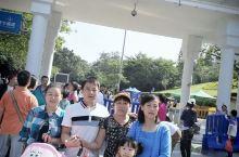 广州白云山景点是广州重点级旅游景区,也是一个比较知名的景点,到广州必去之地。 站在山顶可以俯瞰广州市