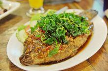 老挝这个小众国度也藏着各种美味。 在万象街头可以品尝到当地的美食,这家敞开式的餐厅是各国游客用餐的绝