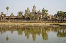 吴哥窟(Angkor Wat),又称吴哥寺,位于柬埔寨,被称作柬埔寨国宝,是世界上最大的庙宇,同时也