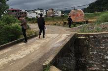 修桥筑路,乡下小道还不是很方便