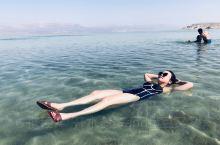 传说中不会沉下去的死海 真的盐度非常高,非常浅的地方都不会沉,私人沙滩的行程安排,太惬意了,外面还在