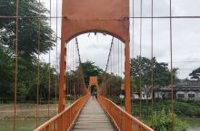 万荣县的一个小景点,老挝难得的喀斯特地形。 一进景区,先看到一座橙色的吊桥,说是老挝的网红桥。我也不