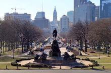 从艺术博物馆看过去的白色大楼为费城大会堂(City Hall)。  自由钟(Liberty Bell