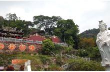 九侯山位于福建省漳州市诏安县城以北15公里,九峰并列,尊若公侯。主峰西山岩海拔1120米,中心景区2