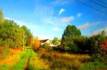 【圣彼得堡郊外的别墅区】   周末,节假日有别墅的俄罗斯人,举家来到这里休闲,城里面反而成为一座空城