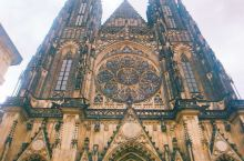 古老而又年轻的布拉格,岁月的风蚀使她沧桑满面,黧黑的建筑里写满了丰厚的历史 这里游人如织,熙熙攘攘,