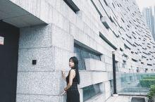 广州图书馆,设计风格独特,內里很大很大,人流都很多,2018 年被中华人民共和国文化和旅游部评定为国