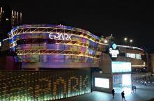 平时下班都会经过这里,商场近软件大道,吃饭,购物,看电影,娱乐一应俱全,晚上的灯光也很美。