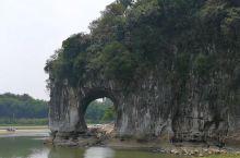 象山实在太惟妙惟肖了,最妙的是依水之畔,山上还有绿树,郁郁葱葱,相映成趣,很有意思!