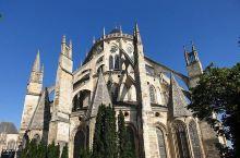 路过梦想的教堂        ==布尔日大教堂  朋友介绍,他觉得最值得去的教堂,呼声最好的就是法国