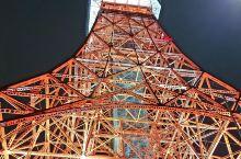 东京塔位于东京都港区芝公园,高332.6米。铁塔为棱锥体,由四脚支撑,塔身被涂成黄白相间色,鲜艳夺目