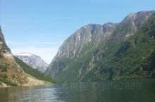 在挪威的松恩峡湾,我们乘船观光游览了美丽的峡湾,两岸美景徐徐映入眼帘,据说挪威的海湾在世界美景中名列