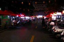 凭祥美食街,像很多南方城市得烧烤摊一样,但是这里多了些越南特色,屈头蛋,越式水果捞,烤鸡屁股等等。