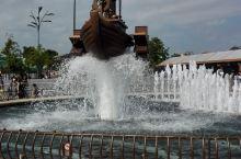 上海迪士尼乐园位于上海浦东区川沙新镇。走进园内心情顿时开朗,迪士尼公园好大啊,门口一个大喷泉,喷泉中