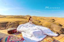 殖民地风格奢华露营酒店2(荒原野奢酷体验) 清晨,阳光拉开白色帐篷的帘门 远处神秘的群山,宁静而又惬