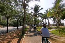 同样是骑车 赛车穿梭在三亚椰风树影中是生活 小黄闪躲于北京拥挤人潮中是生存  ——记一次在三亚骑行的