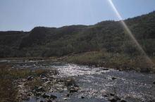 去岫岩龙潭湾的半路,发现一条清澈的小河,孩子很少见到,异常兴奋。