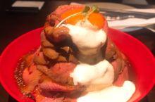 在日本没能打卡的慢烧牛肉饭,在大上海也能吃~ 中份牛肉饭就已经很饱了~ 火山沙拉蟹子吃到饱~ 蟹宝也