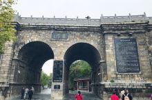龙门石窟是中国石刻艺术宝库之一,现为世界文化遗产、全国重点文物保护单位,位于河南省洛阳市洛龙区伊河两